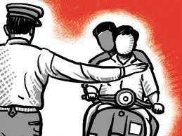 बेशिस्ताकडून महिला वाहतूक पोलिसाशी गैरवर्तन..