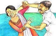 पतीकडून पत्नीवर हिंसाचार; डोक्यावरचे केस कापले..