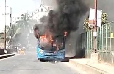 प्रवाशांना घेऊन निघालेल्या पीएमपीएल बसने रस्त्यातच घेतला अचानक पेट..